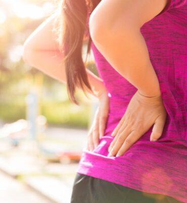 de-vrouw-voelt-pijn-op-haar-rug-en-heup-terwijl-het-uitoefenen-gezondheidszorgconcept_53476-1693